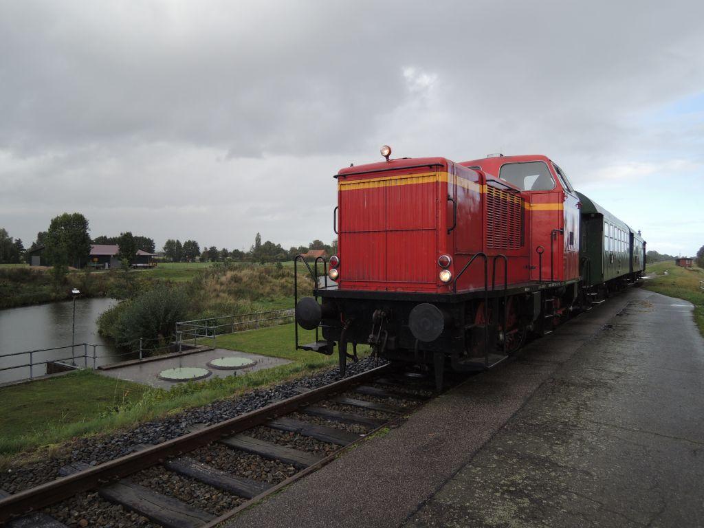 Der Heide-Express am Haltepunkt Fahrenholz auf dem Deich zwischen Neetze und Ilmenaukanal