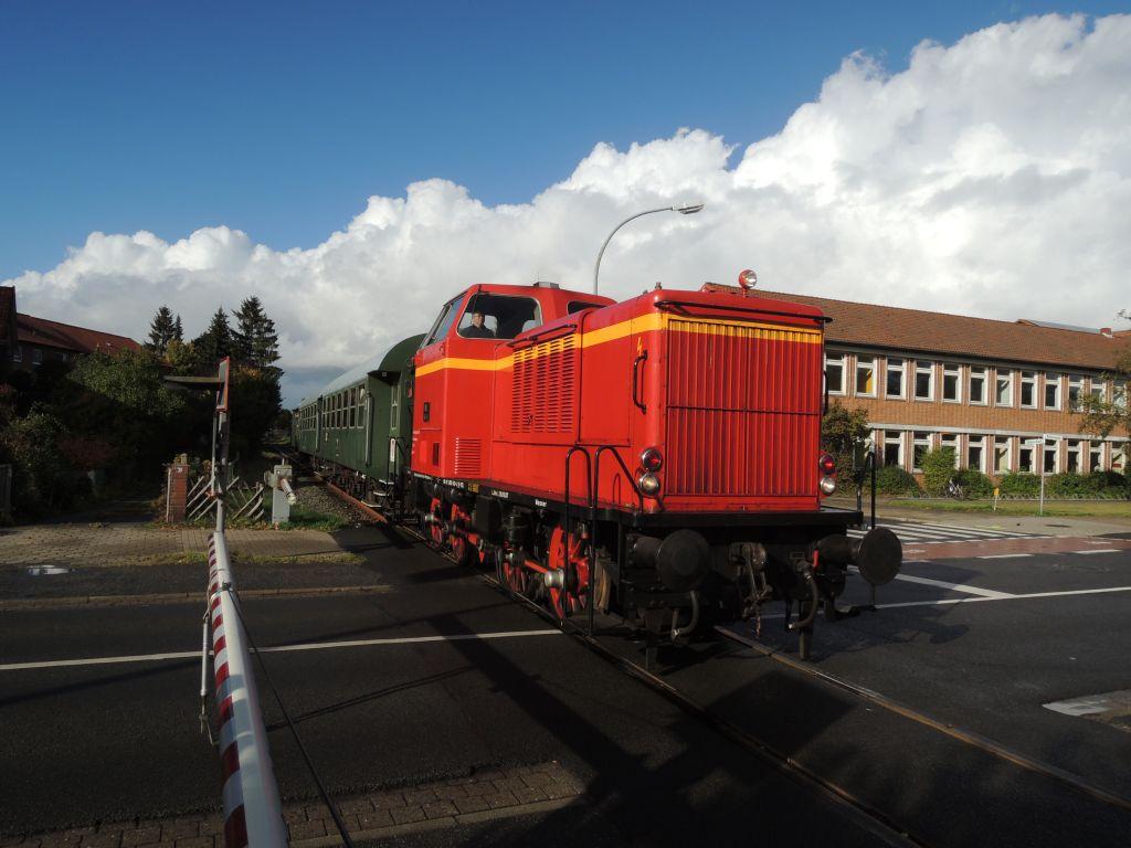 Der Heide-Express am Bahnübergang