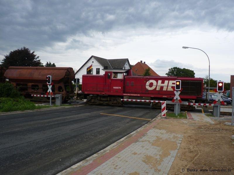 OHE 160073 am 2012 modernisierten Bahnübergang in Salzhausen